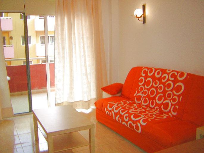 Wohnzimmer mit Schlafcouch des ferienapartments Ester, zentral gelegen für Überwinterer