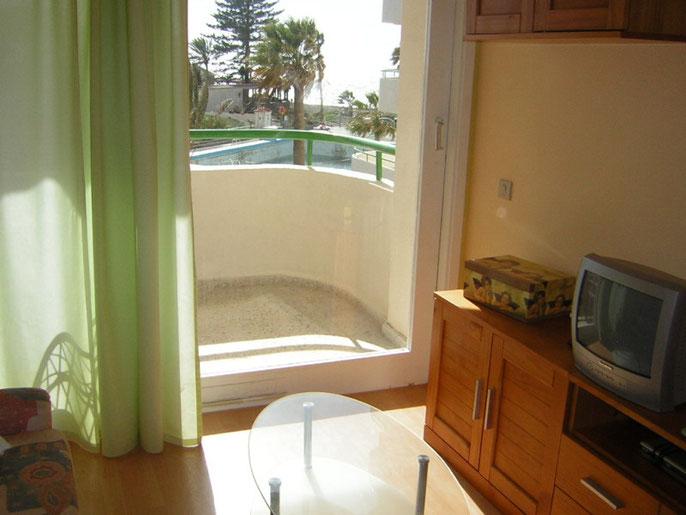 Wohnzimmer mit Sat Tv der Ferienwohnung mit Pool und Internet für Familien und Kindern oder Langzeiturlauber