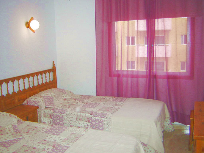Schlafzimmer mit Einzelbetten im Ferineapartment Ester in Los Christianos auf teneriffa