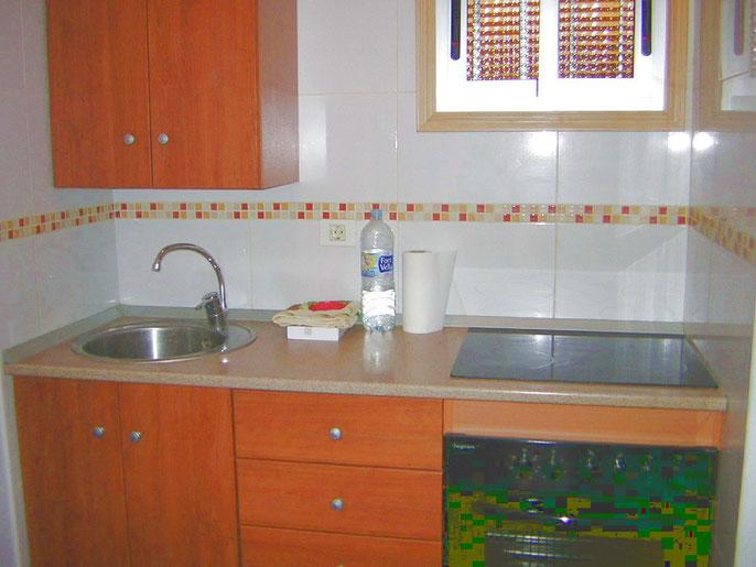 Voll ausgestattete Küche der ferienwohnung für Kurz und Langzeiturlauber geeignet zentral in Los Christianos auf teneriffa