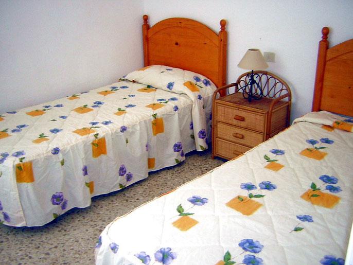 Schlafzimmer des Ferienapartments mit Pool für Familienurlaub am Strand in Los Christianos auf teneriffa