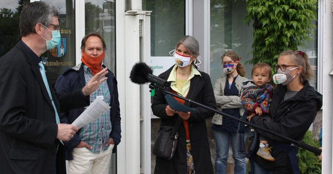 Übergabe der Bürgeranregung an den Eitorfer Bürgermeister Dr. Rüdiger Storch (links) am 14. Mai 2020.