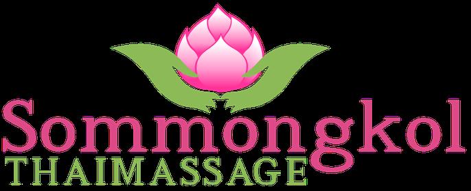 Firmenlogo eine pinke Lotos Blume die von zwie grünen Händen gehalten wird und darunter ein Text pinke Farbe Sommongkol, grüne Farbe Thaimassage