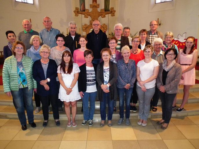 Kirchenchor der Pfarrei Hl. Familie Weiherhammer mit dem Leiter Gotthard Betz (Juni 2016)