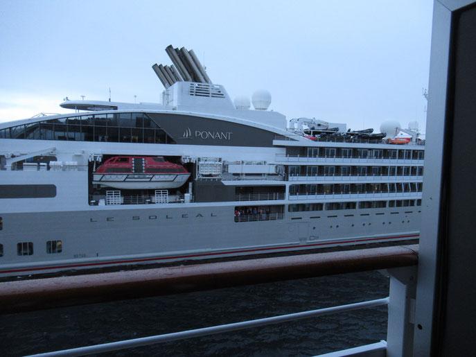 「ソレアル号(LE SOLEAL)」から我々の船に米が積み替えられる。 夜の10時頃なのに明るいのは、南極だから