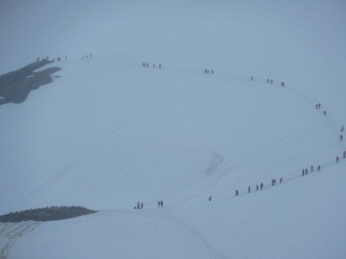坂を上って延々と雪上歩行