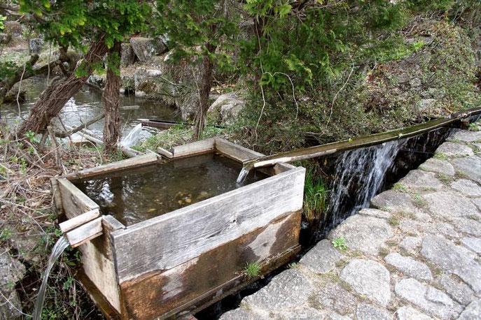Magome : bassine d'eau courante en bois