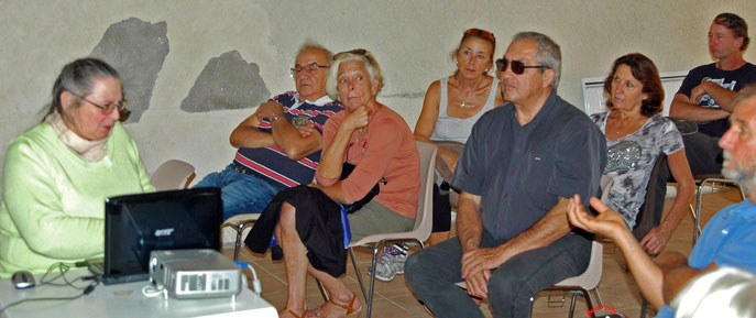 """Suzanne Lerda de l'association """"Lou Figoun"""" lors de la conférence à Sillans"""