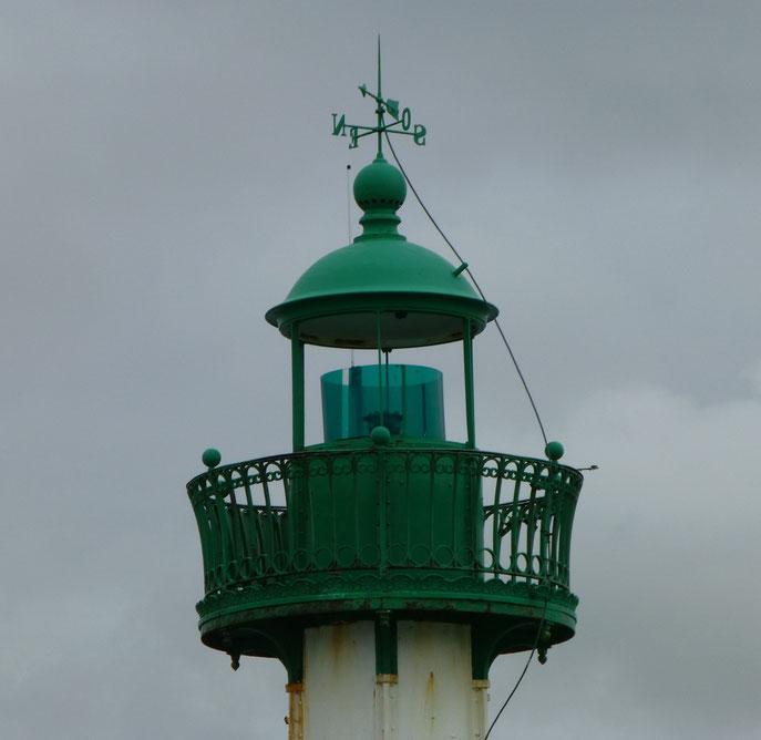 Détail de la lanterne avec sa balustrade circulaire en fonte,  sa coupole en cuivre, sa girouette et son paratonnerre