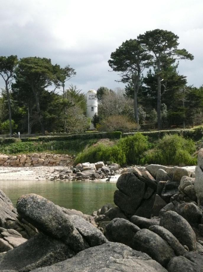 Le feux du voleur, au fond du Port-Blanc, construction atypique, cet amer n'est pas facilement visible du large
