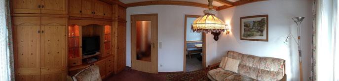 Panoramabild vom Wohnzimmer mit Blick in Küche und zum Flur