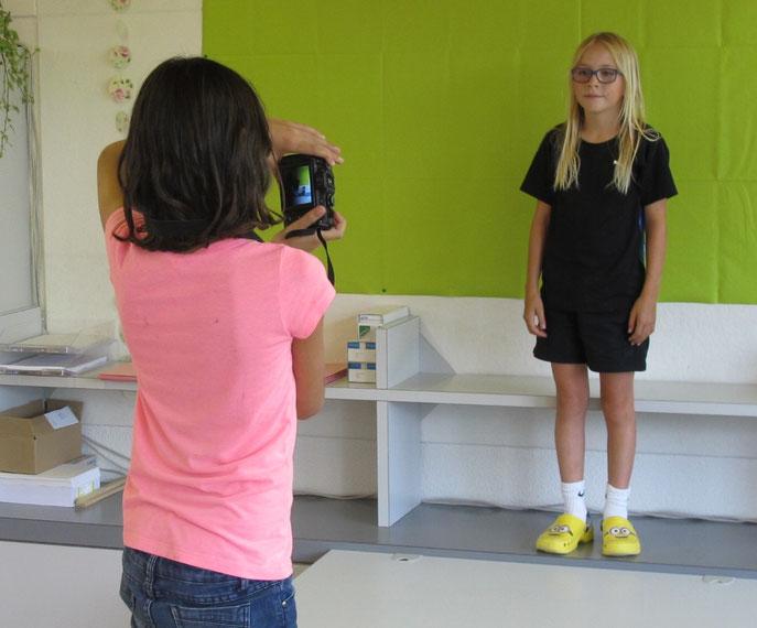 Lina und Lia beim Erstellen der Portraits