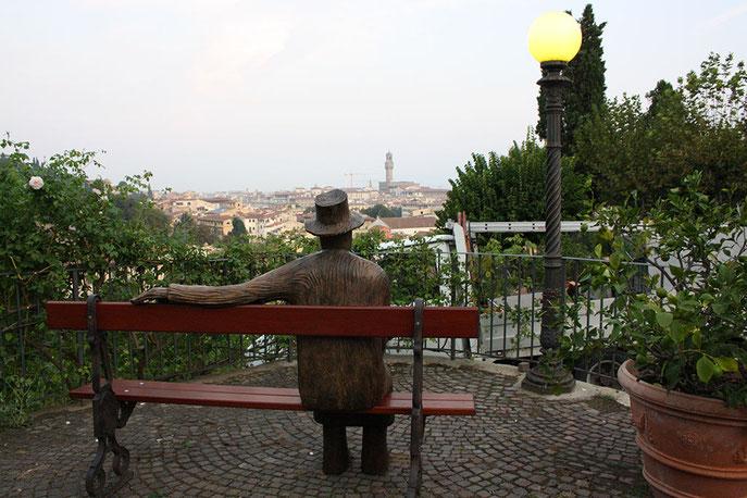 Il Giardino delle Rose con una scultura di Folon