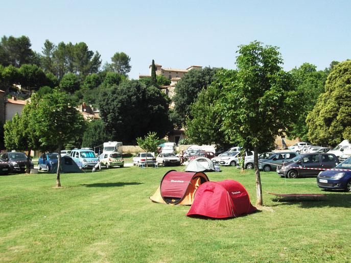 """Les tentes 'fleurissent"""" au pied du village lors du Festival TRAD-O-SUD en Juillet 2013. Photo © Patrick FERRAND"""
