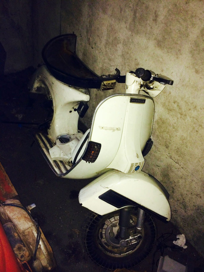 Chichi, membre actif du club : Vespa PX 125 de 1982 en cours de restauration