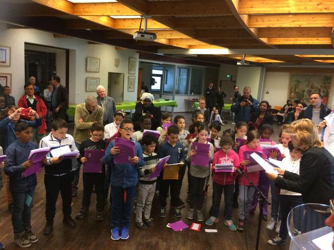 Chants et accueil des enfants de l'école Carnot. Merci à eux et à leurs parents, pour leur participation et leur présence !