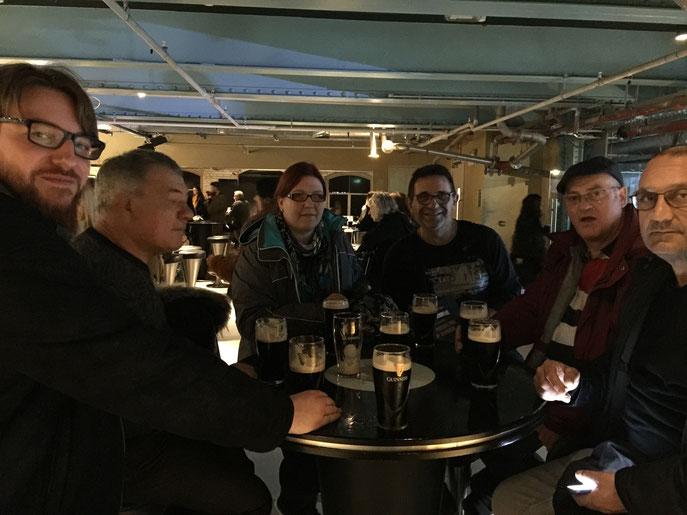 Bien sûr, moment de dégustation de cette prestigieuse bière ! Très sympa le bar.