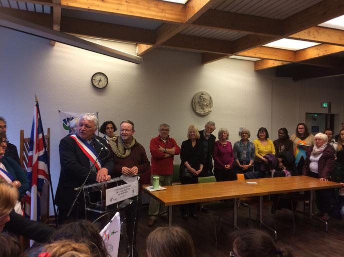Arrivée de la délégation anglaise. Réception en mairie, en présence de nombreux élus qui nous fait l'honneur d'être présents. Merci !
