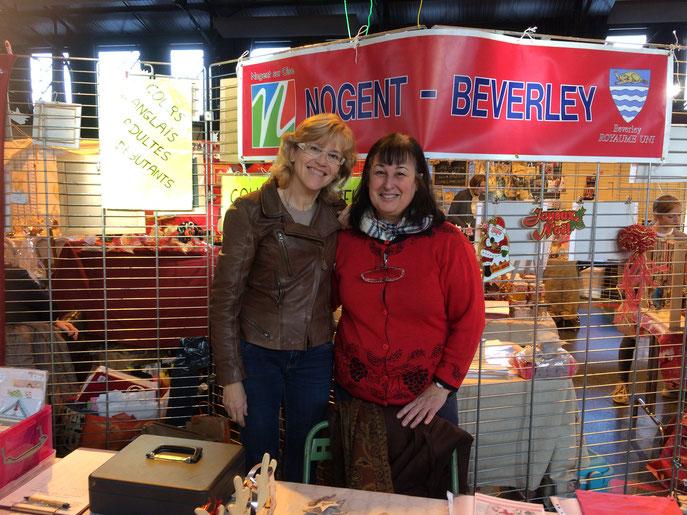 Merci aussi à Anne-Marie et à Pierre !!! On a vendu des décorations de Noël (bien-sûr...) et des cartes, du papier cadeau, des crackers...