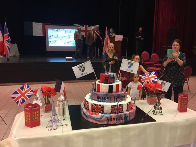 Après la signature du pacte de l'association entre les villes de Beverley et de Nogent, place au magnifique gâteau !