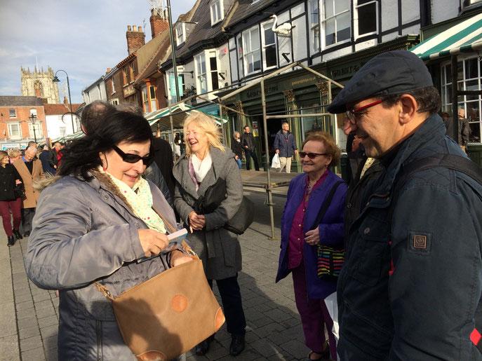 Le samedi matin, rencontres très sympathiques au marché de Beverley, sous le soleil.