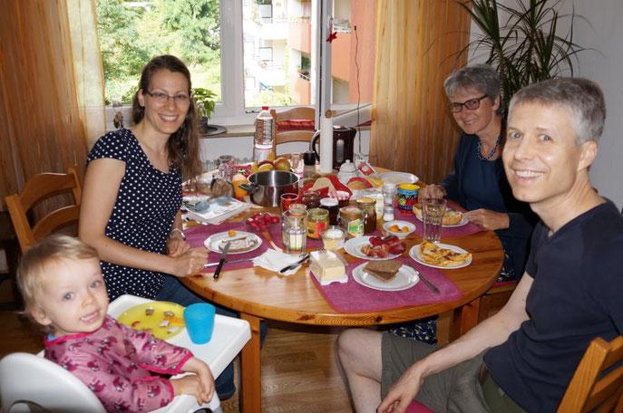 Lehrerin Sonja Keßler und Augenarzt Werner Keßler mit Augenärztin Ursula Buck aus Augsburg am Frühstückstisch in Heidelberg