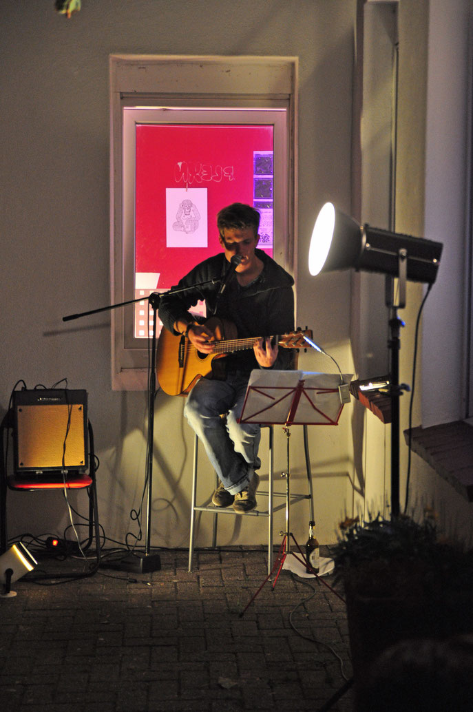 """Tim Engers bei Jakub Kaniors Ausstellung """"Bad Waves"""" (Oktober 2012) Kultur- und Gästehaus Henrietta Norderney"""