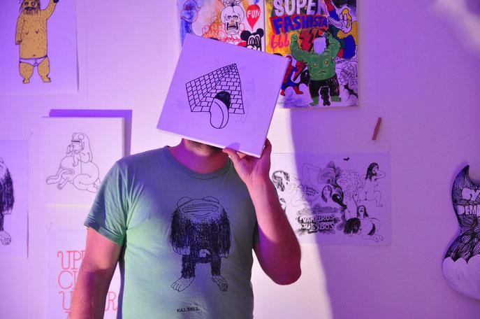 """Jakub Kanior bei seiner Ausstellung """"Bad Waves"""" (Oktober 2012) Kultur- und Gästehaus Henrietta Norderney"""