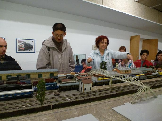 Observando la maqueta del tren