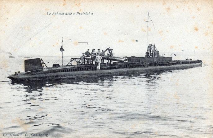 Le sous_marin Prairial à l'exercice préparant une torpille.