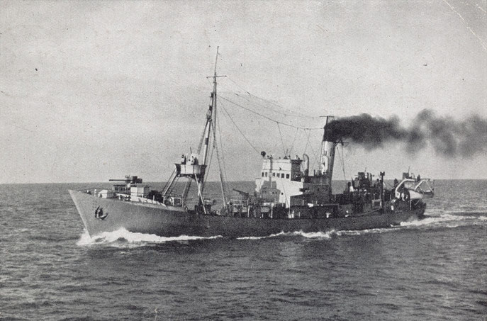 Deux photos de vorpostenboote, littéralement bateau d'avant-poste, patrouilleur maritime. Le plus souvent, un vorpostenboote est un ancien chalutier, armé et reconverti en patrouilleur.