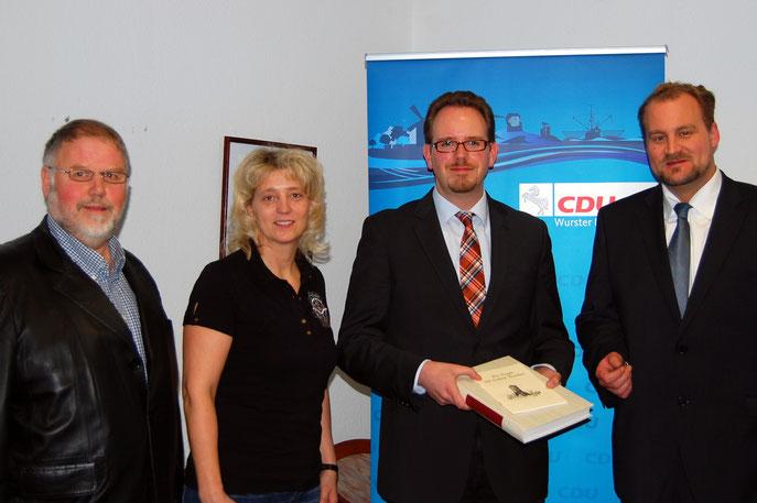 Marcus Itjen  (zweiter von rechts) bekam schon die erste Lektüre über die Geschichte von Nordholz und Land Wursten vom Chef der CDU Wurster Nordseeküste Martin Vogt (ganz rechts) und seinen Vorstandskollegen überreicht.