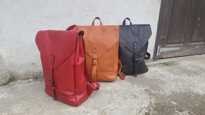 """Grand sac à dos modèle """"Alix"""". En cuir de vachette. Nombreuses poche interieur et extérieure, ferme avec zip plus rabat avec boucle. bandoulières réglables plus poignée. Taill principale 30 cm de largeur sur 40 cm de hauteur. 299 euros."""