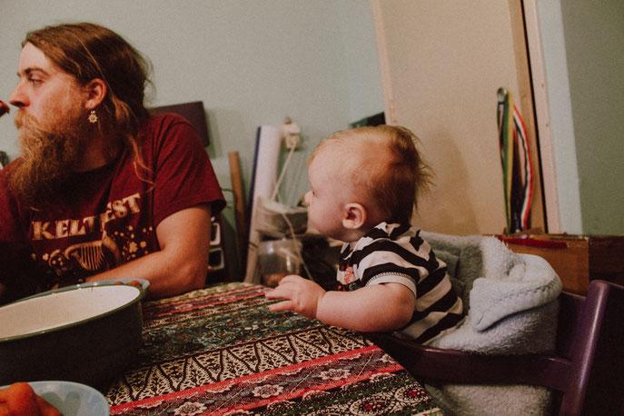 Floyd, 4,5 maand, kijkt de worteltjes uit papa's mond