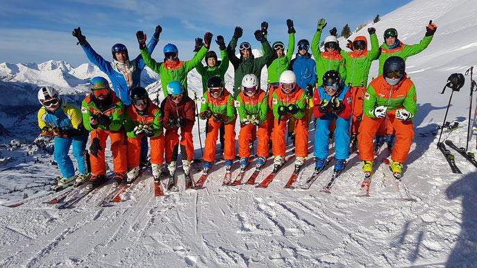 Das Skilehrerteam um Tobias Fürstberger (links oben)