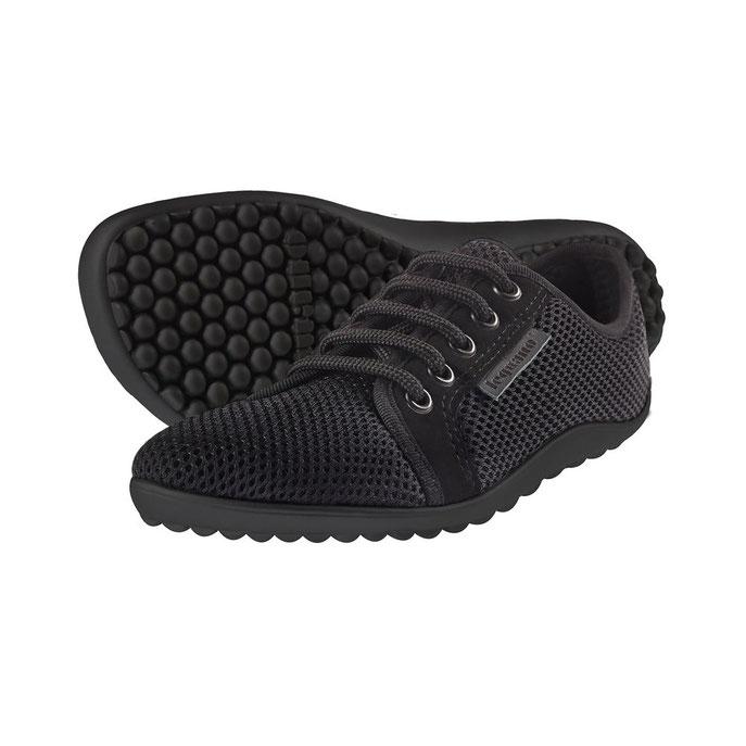 2 schwarze LEGUANO BARFUSS Schuhe mit schwarzer Sohle vor einem weißen Hintergrund