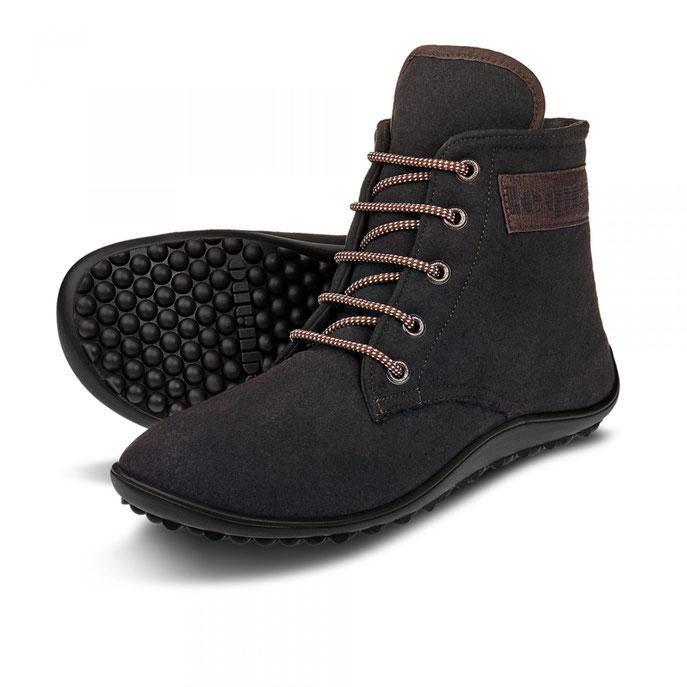 2 schwarze LEGUANO CHester dunkelbraun Schuhe mit schwarzer Sohle vor einem weißen Hintergrund
