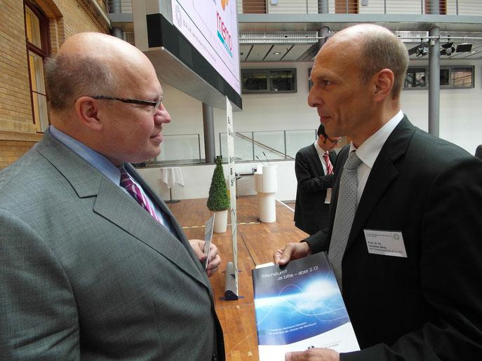 Prof. Dr. Dr. Christian Berg überreicht unsere neuen Wachstumsthesen an den frischgebackenen Bundesumweltminister Altmeier am Rande der B.A.U.M.-Jahreskonferenz am 5.6.2012 in Berlin.