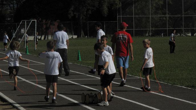 Grundschüler in ihrer Sportuniform