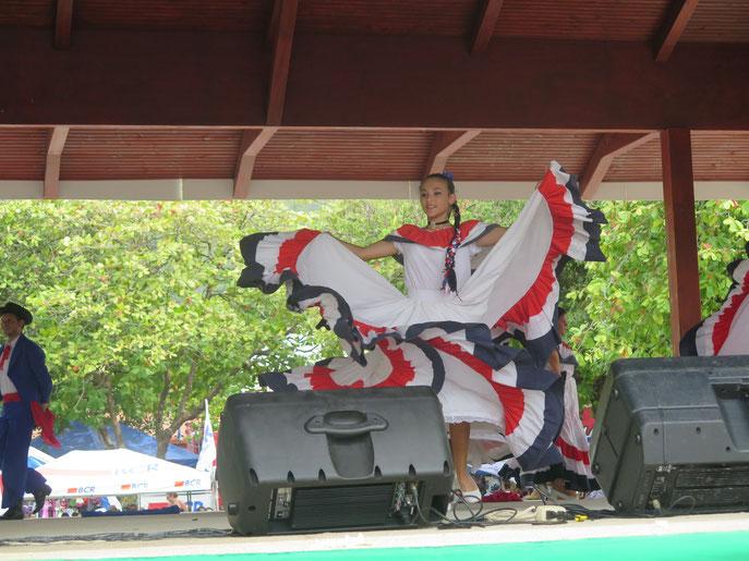 Eine Tänzerin in der Tracht von Guanacaste in den Nationalfarben Costa Ricas.
