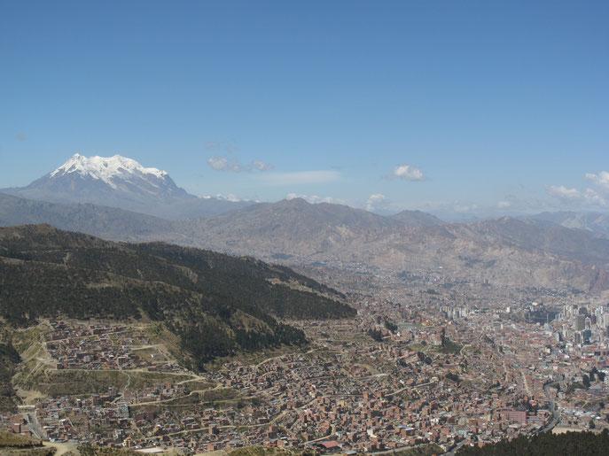 Und mächtig trohnt der Berg Illimani über der Stadt.