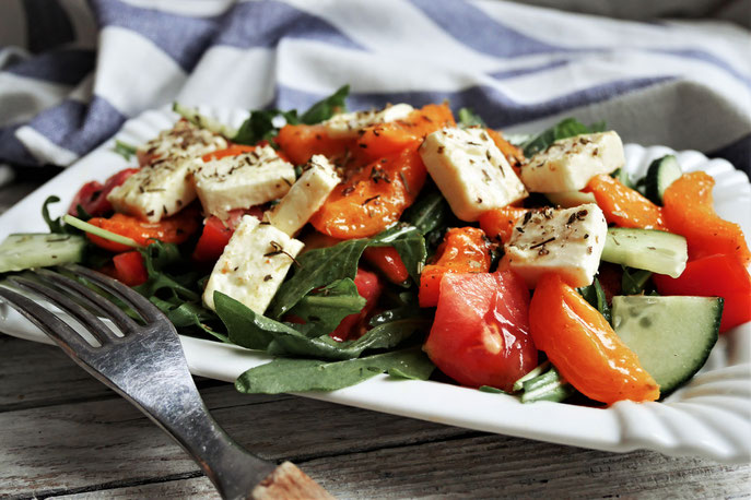 lauwarmer Salat mit Marillen und Feta