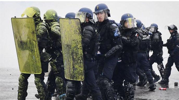 機動隊の盾は、抗議者がかけた黄色い塗料で染まった(2018/12/1、パリ)