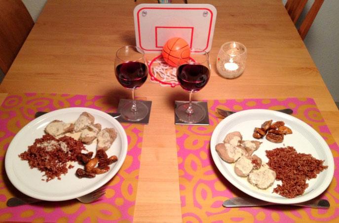 Ein gedeckter Tisch mit Essen