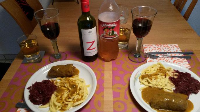 Rouladen mit Spätzle und Rotkohl auf zwei Tellern angerichtet