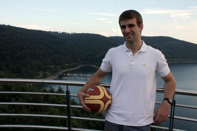 "Chris Bengtsson mi Basketball auf dem ""Biggeblick"" in Attendorn"