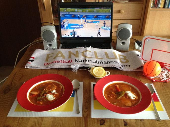 Zwei Teller mit Soljanka vor Basketball-Deko