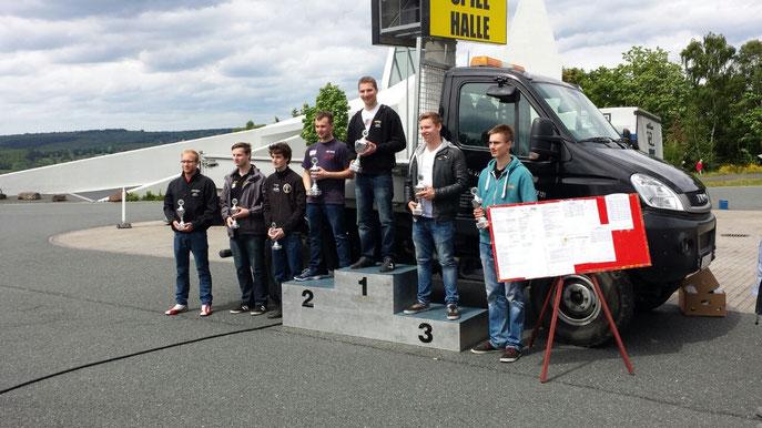 Der Sieger Tobias Bartsch auf dem Podest (P1 in Burbach)