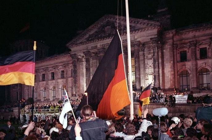 Deutsche Vereinigung vor dem Reichstag in Berlin 1990