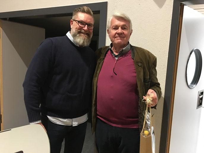 Horst-Peter Wiegand (rechts), Teamcaptain der AK 65 Herren hat 2017 sage und schreibe 33 Turniere im Golfclub Reutlingen-Sonnenbühl gespielt und wurde dafür von Spielführer Michael Reiher geehrt - © GC Reutlingen-Sonnenbühl e.V.